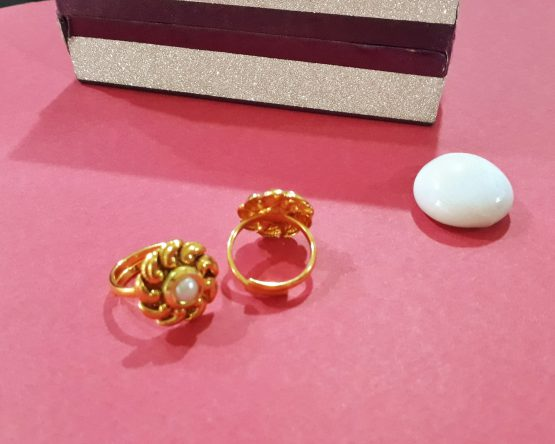 Twisted Single Pearl Stone Toe Ring (Gold and White)