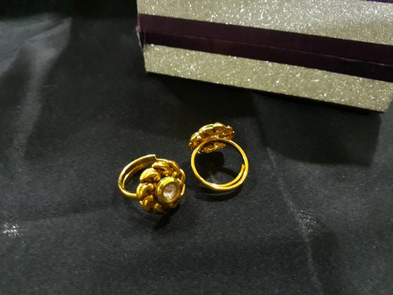 Twisted Single Stone Toe Ring (Gold and White)